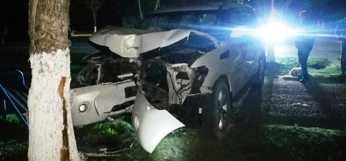 В Новолукомле автомобиль въехал в дерево, есть погибшие