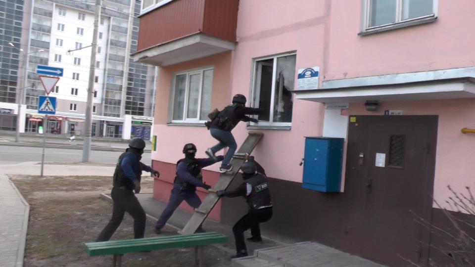 В Гомеле ОМОН штурмовал квартиру наркоторговца (видеофакт)
