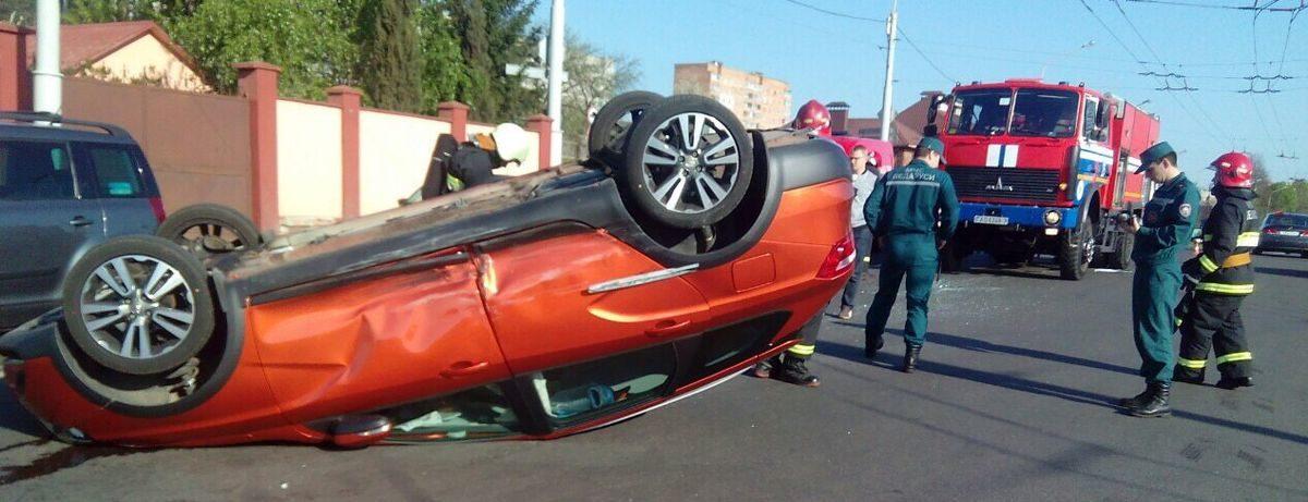 В Минске Hyundai протаранил и опрокинул на крышу Lada Vesta