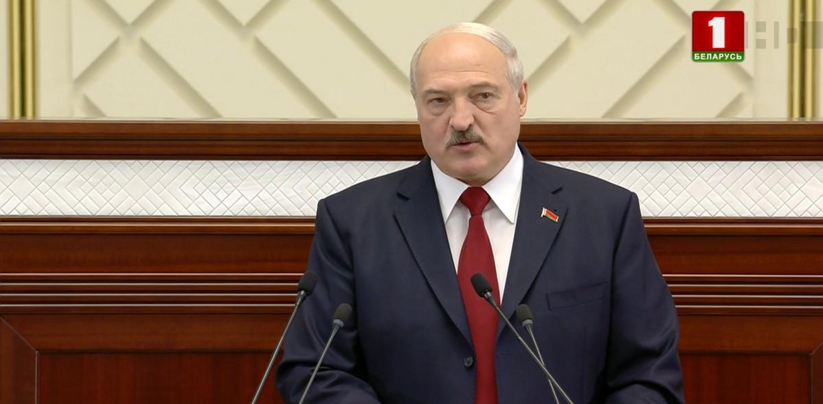 Александр Лукашенко во время послания Национальному собранию и белорусскому народу.  Кадр из видео
