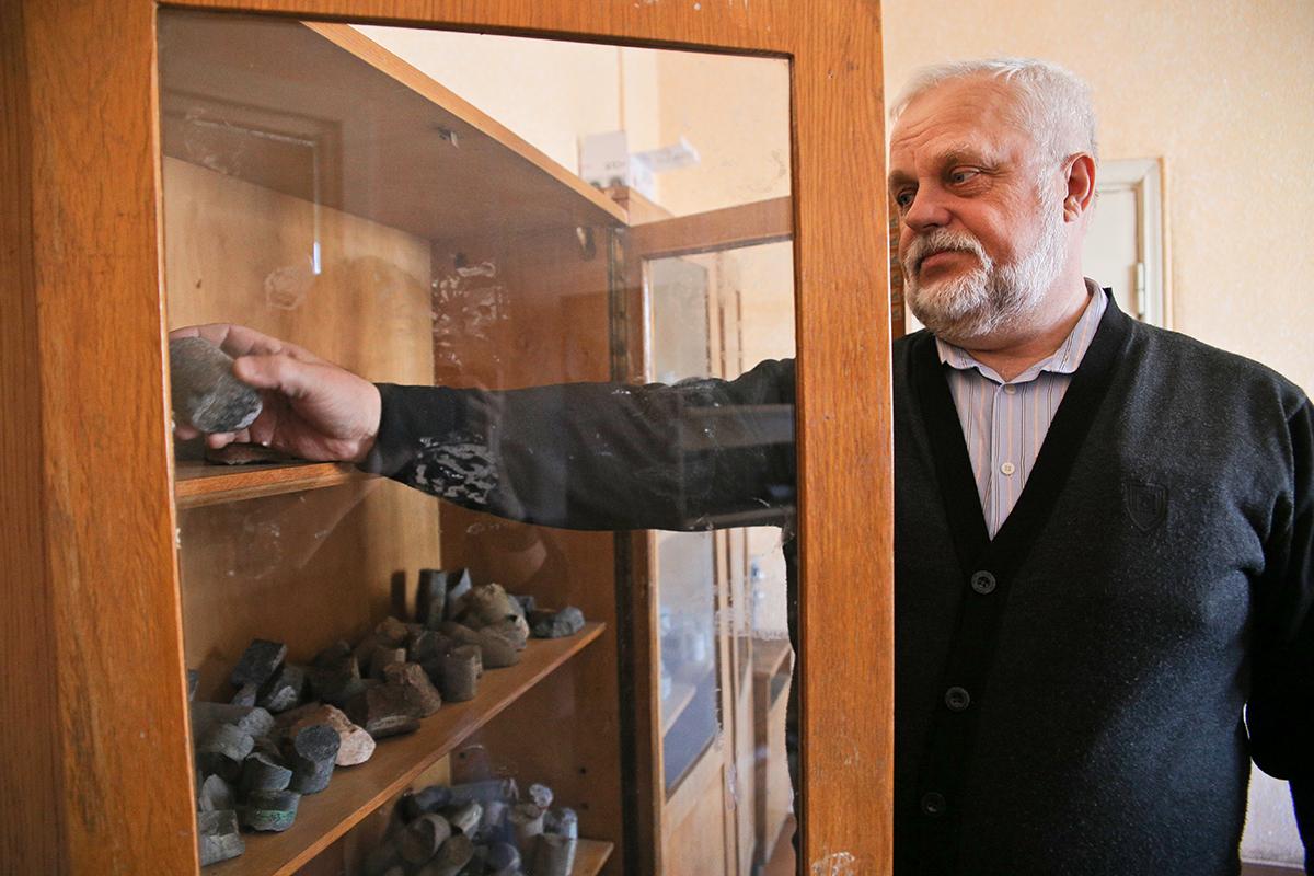 За свою жизнь Александр «пробурил» более 300 скважин. Фото: Евгений ТИХАНОВИЧ