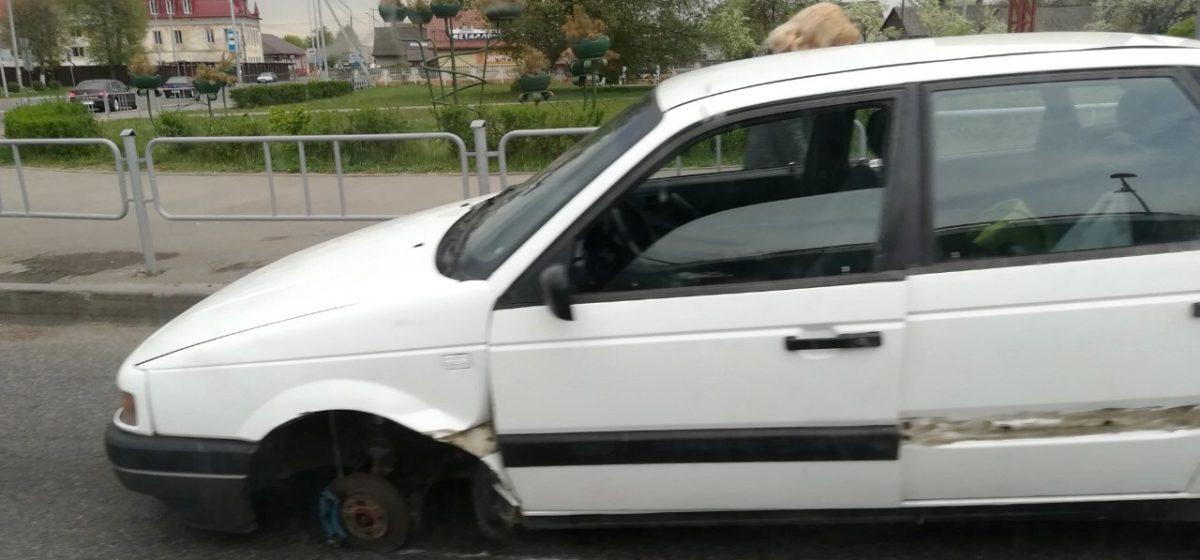 В Барановичах у легковушки на ходу отвалилось колесо (фотофакт)
