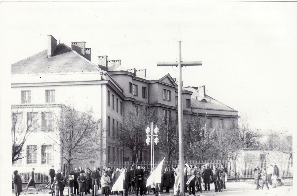 """Усталяванне крыжа """"Ахвярам гвалту 1939–1953 гадоў"""" у 1990 годзе. Фота: Яўген ДАЎГІЛОВІЧ"""