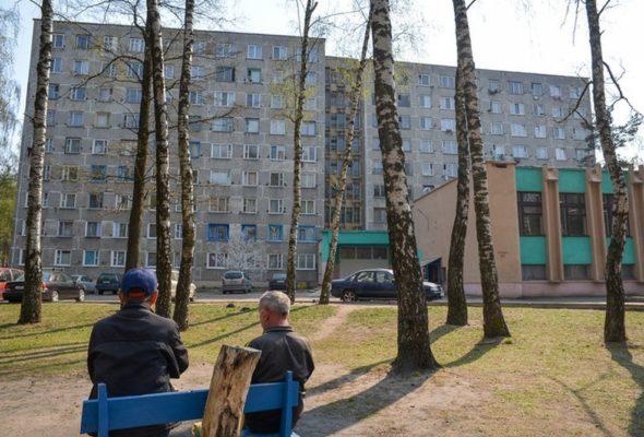 «Пыталась хвататься за веревки для белья». В Бобруйске из окна девятого этажа выпала 32-летняя женщина