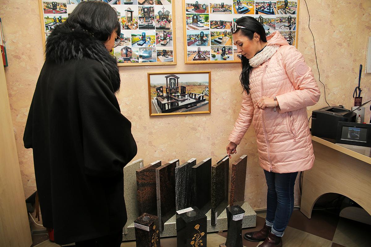 Светлана Богушевич (справа) – специалист по работе с клиентами ЗАО «Белакта». Фото: Евгений ТИХАНОВИЧ