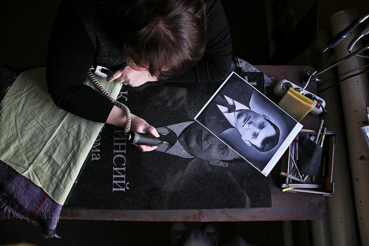 В художественной мастерской ЗАО «Белакта». Фото: Евгений ТИХАНОВИЧ