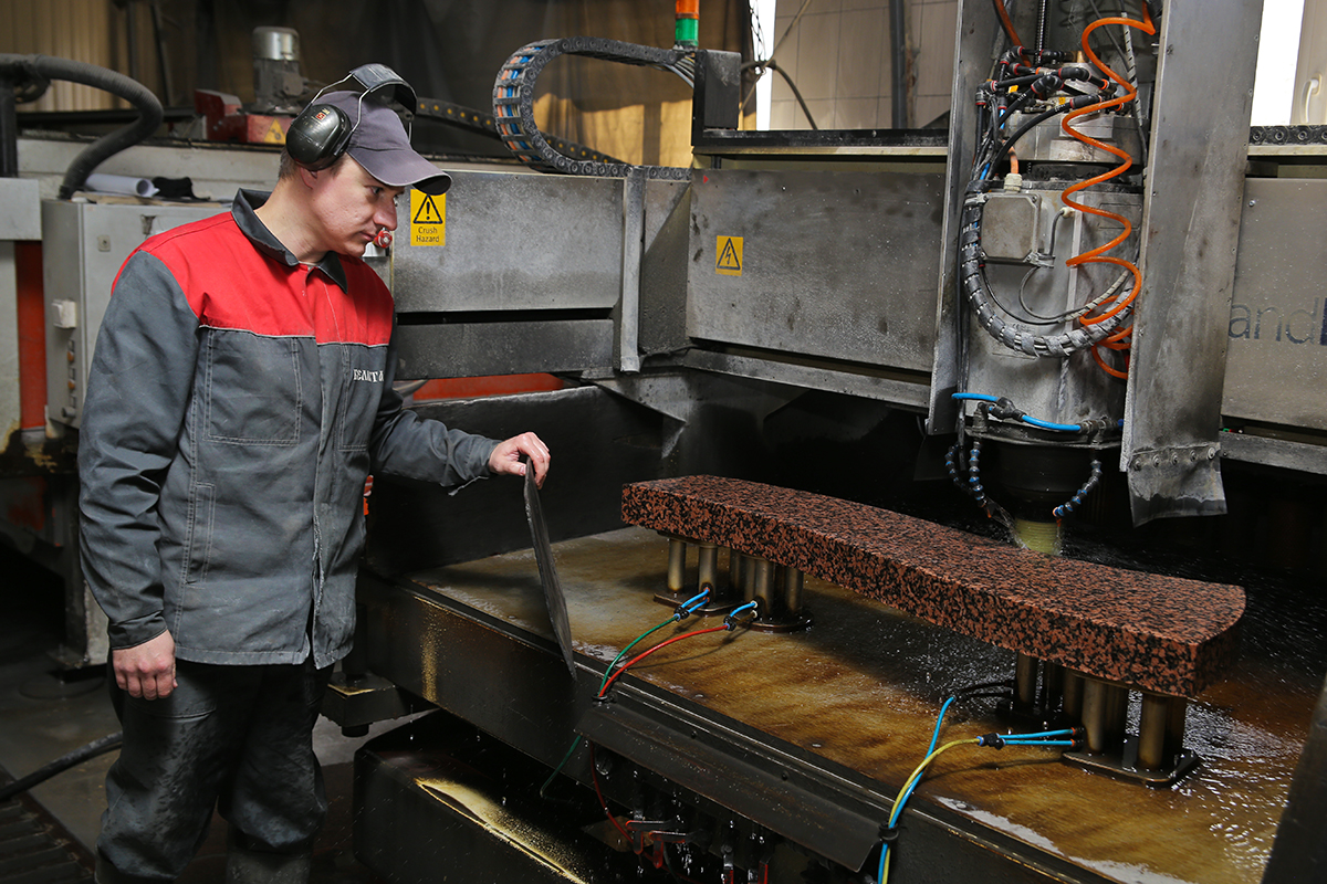 Александр Довидович, распиловщик камня, контролирует процесс полировки камня. Фото: Евгений ТИХАНОВИЧ