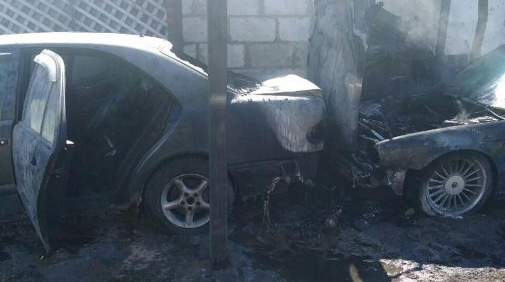 В Барановичах во дворе дома произошел пожар, повреждены два автомобиля