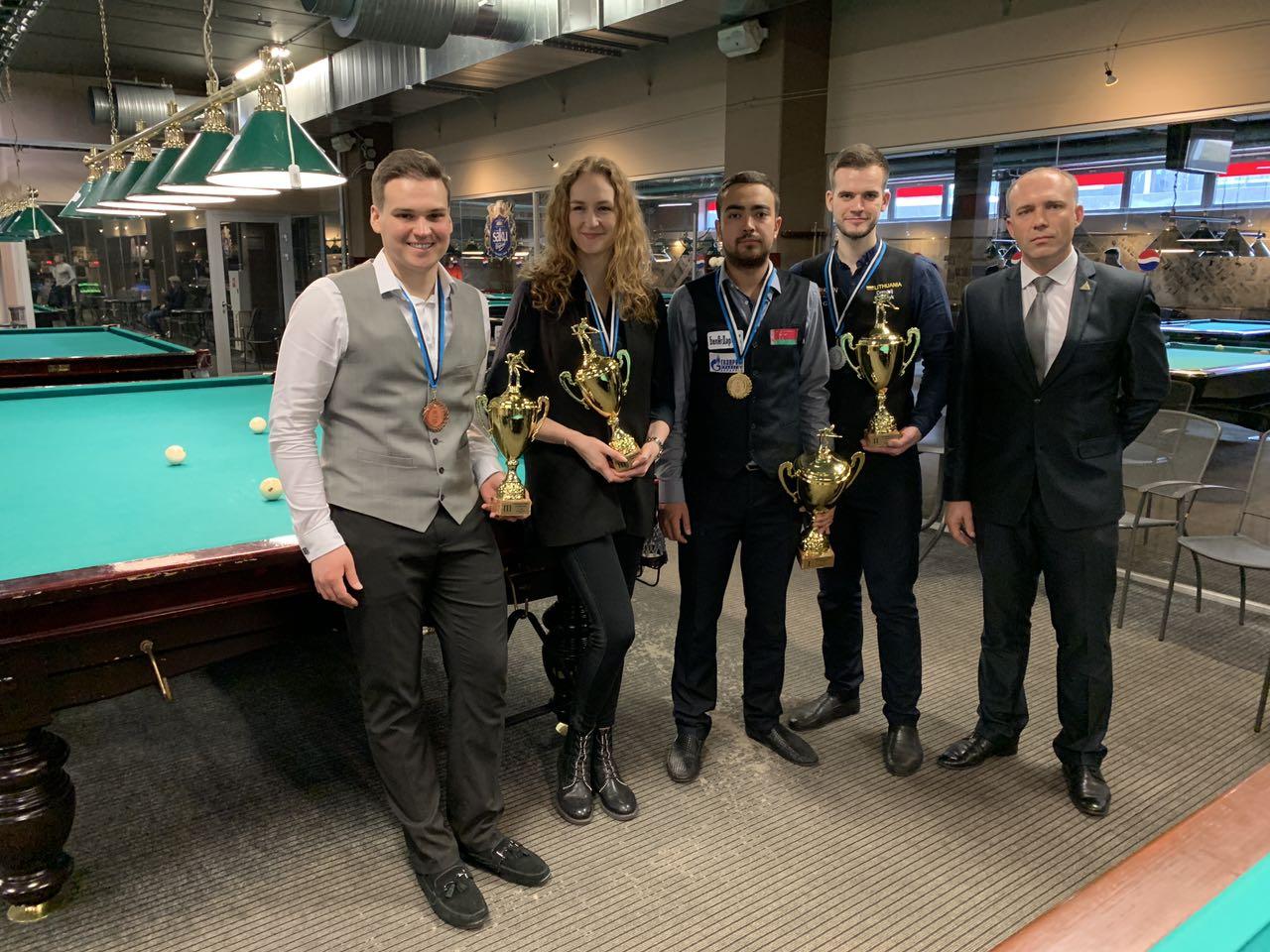Владислав Родионов (в центре) – победитель II этапа Балтийской Лиги по пирамиде. Фото: турниры «Комильфо» во «ВКонтакте»