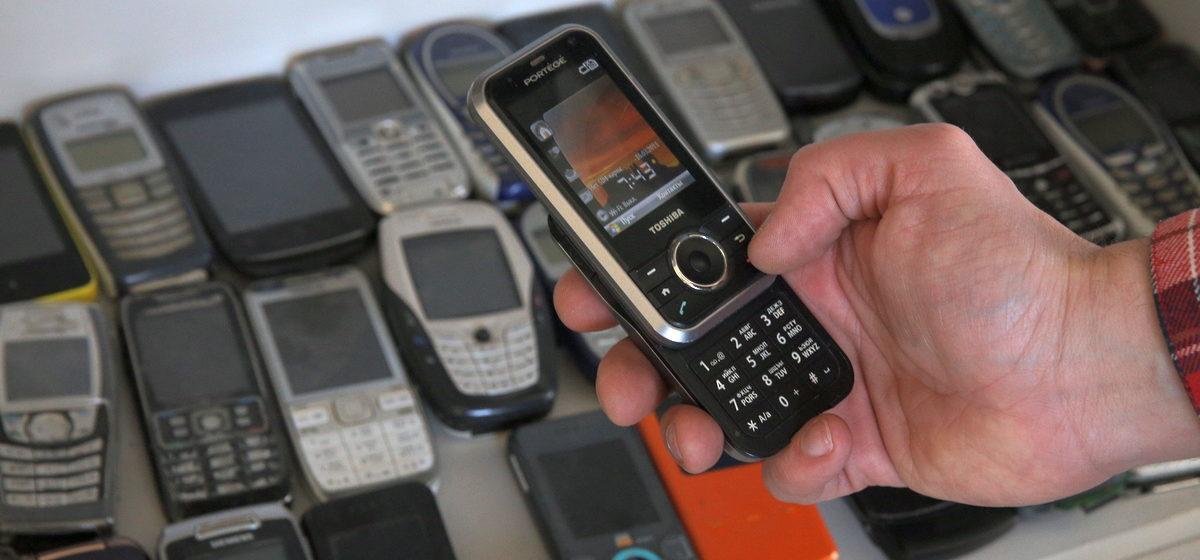«Носила мобильник на шнурке, чтобы все видели». Жители Барановичей — о своих первых мобильных телефонах