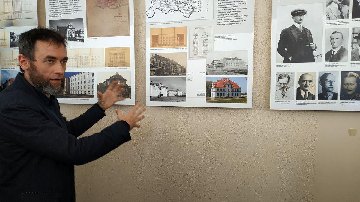 Міхал Пшчулкоўскі падчас экскурсіі па выставе даваеннай архітэктуры. Фота: Руслан РАВЯКА
