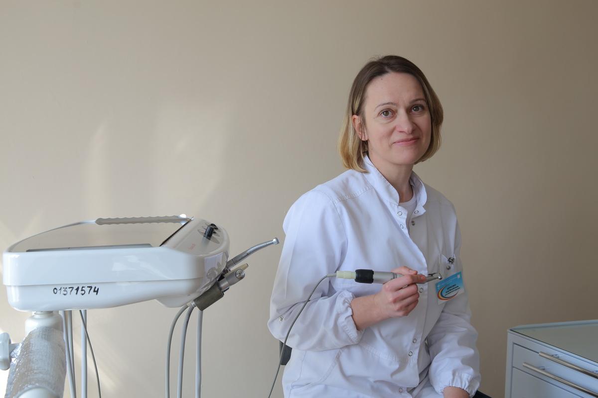Анна Кирикович, врач-стоматолог-терапевт Барановичской стоматологической поликлиники, рекомендует регулярно удалять зубной налет и камень, которые провоцируют развитие заболеваний десен. Фото: Евгений ТИХАНОВИЧ