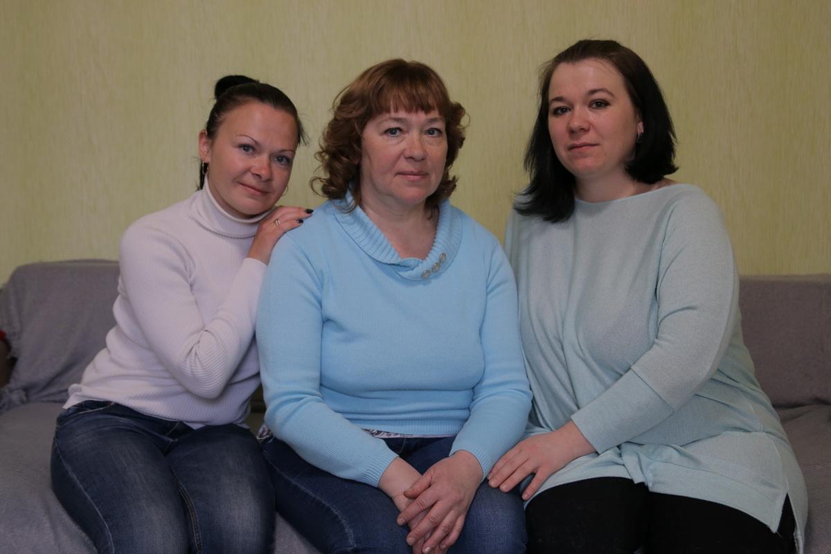 Лидия Федоренко с дочерьми Натальей (справа) и  Лилией.   Фото: Евгений ТИХАНОВИЧ