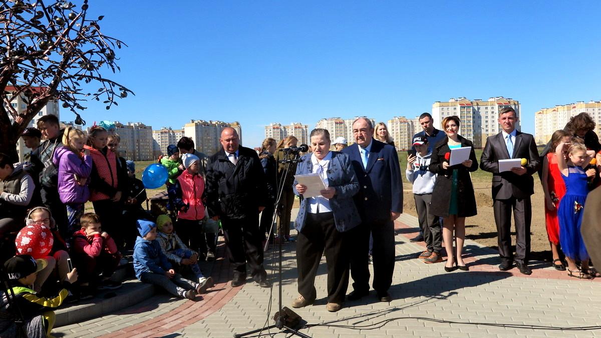 Николай и Валентина Дубодел, прожившие в браке 50 лет, поздравили присутствовавших с закладкой нового парка. Фото: Елена ЗЕЛЕНКО