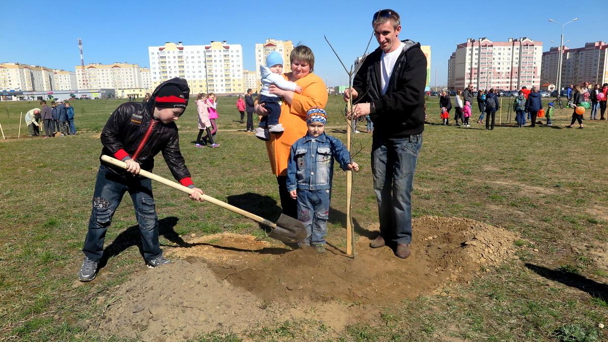 Многодетные родители Дмитрий и Наталья Станчик со своими детьми в парке семейных деревьев. Фото: Елена ЗЕЛЕНКО