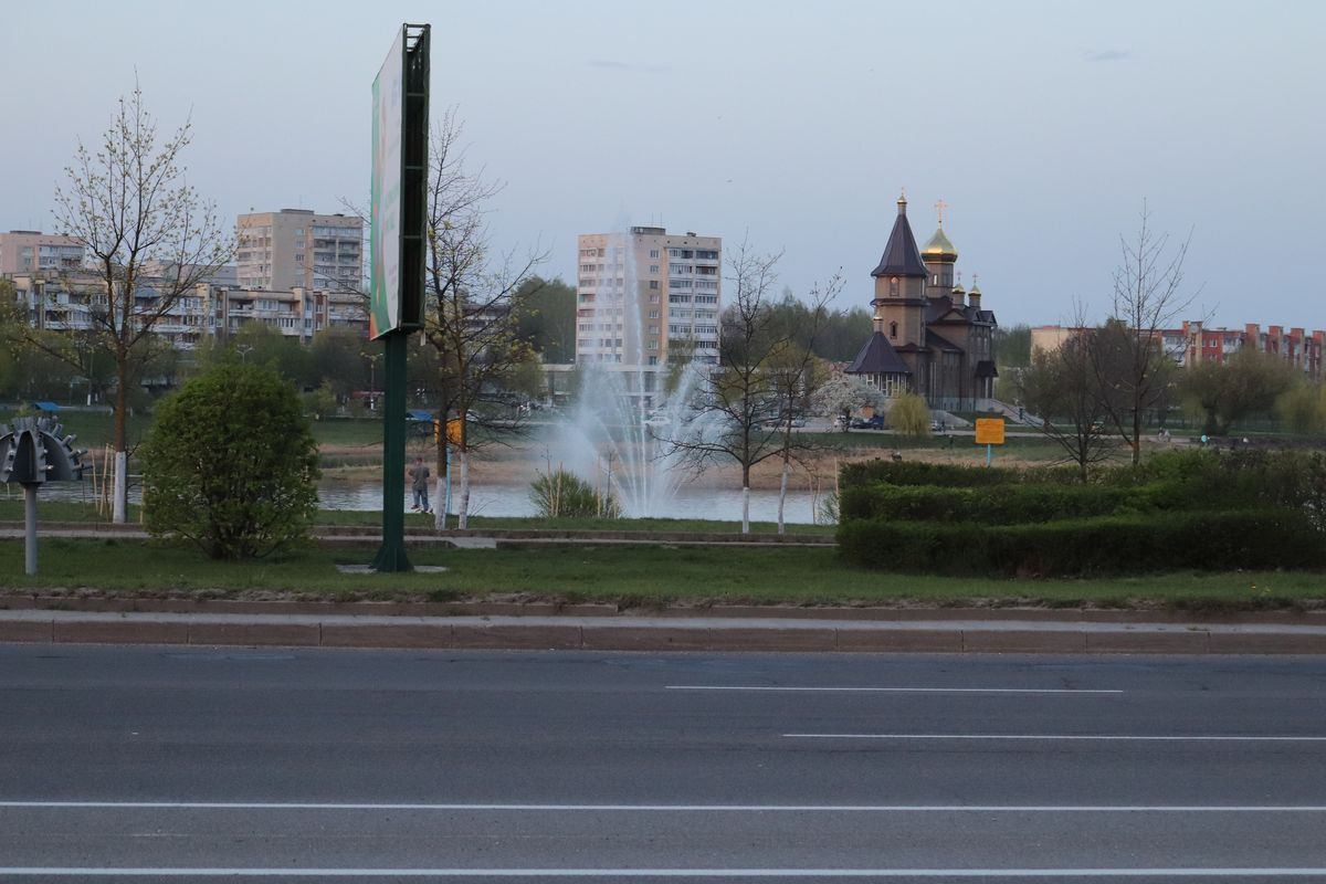 Тестовый запуск плавающего фонтана. Фото: Андрей БОЛКО