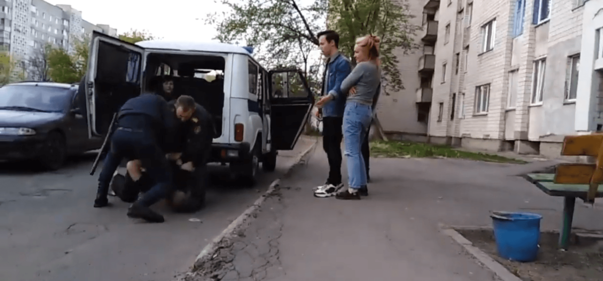 В Гомеле пьяная компания напала на сотрудников милиции (видео задержания)