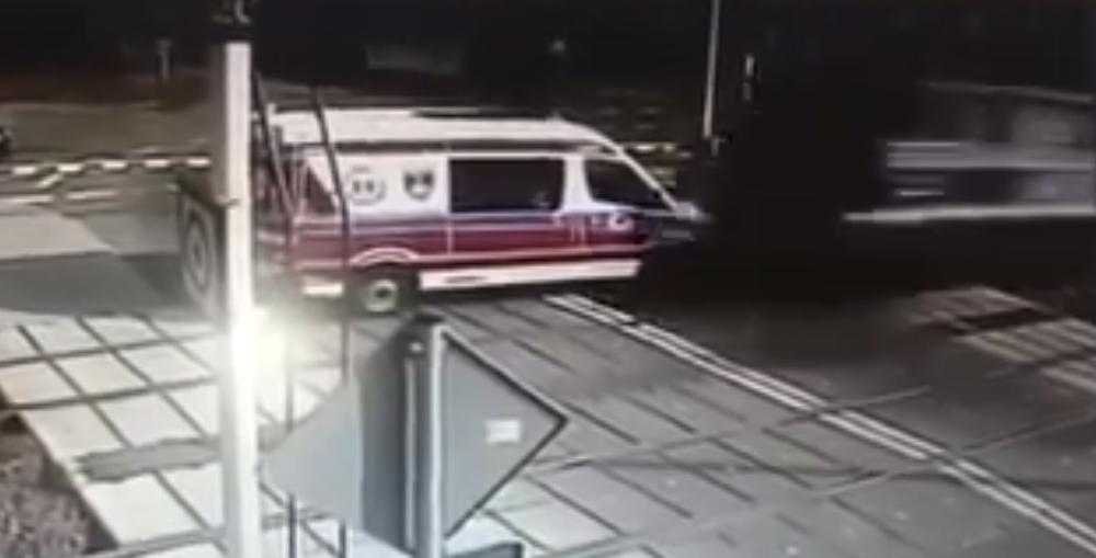 На железнодорожном переезде в Польше поезд на огромной скорости протаранил скорую (видео)