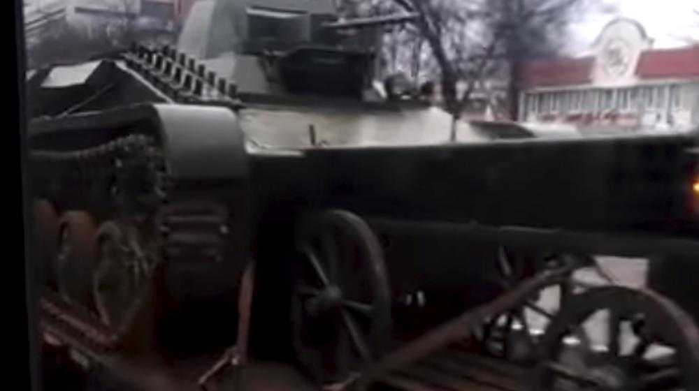Пикап перевозил советский танк в Гомеле (видеофакт)
