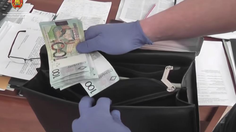В Гродно при получении взятки с поличным задержаны руководители госпредприятий (видео)