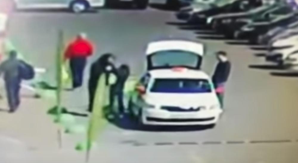 Гомельчанин беспричинно полоснул ножом по лицу знакомого у магазина, а потом спокойно ушел (видеофакт)