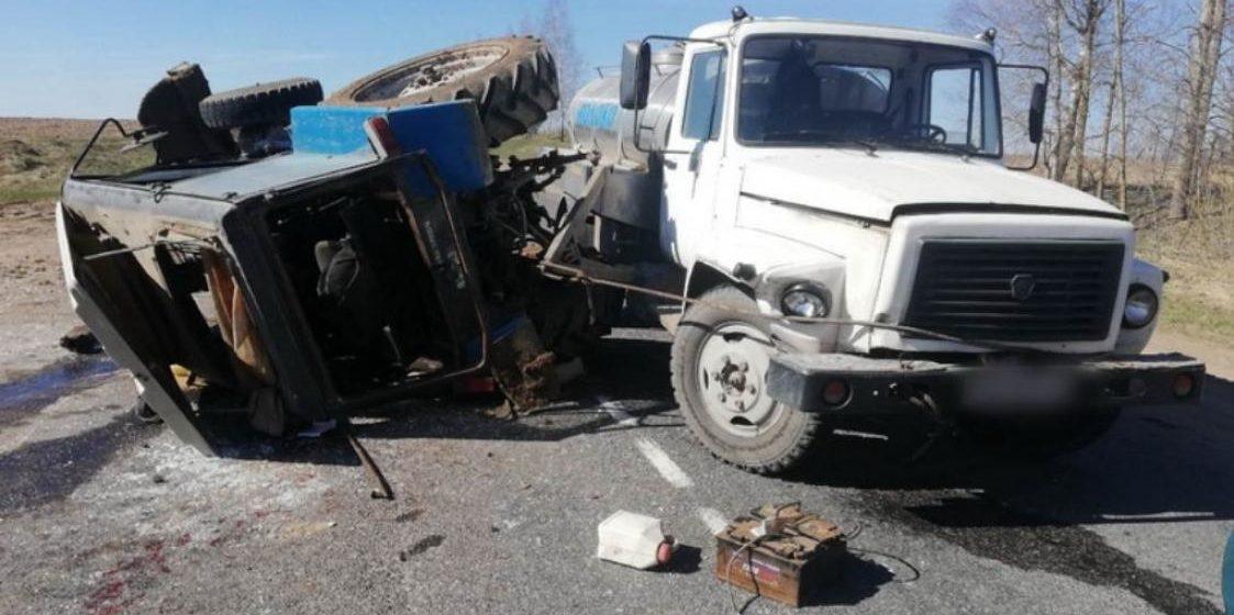 В Костюковичском районе перевернулся трактор, который буксировал молоковоз (фото)