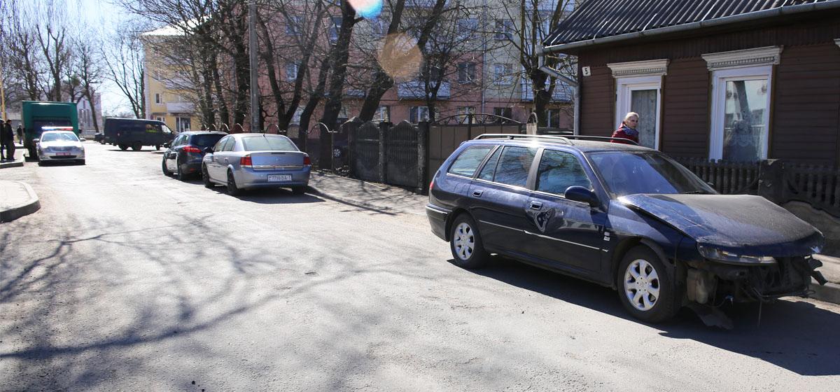 В Барановичах иномарка столкнулась с грузовиком