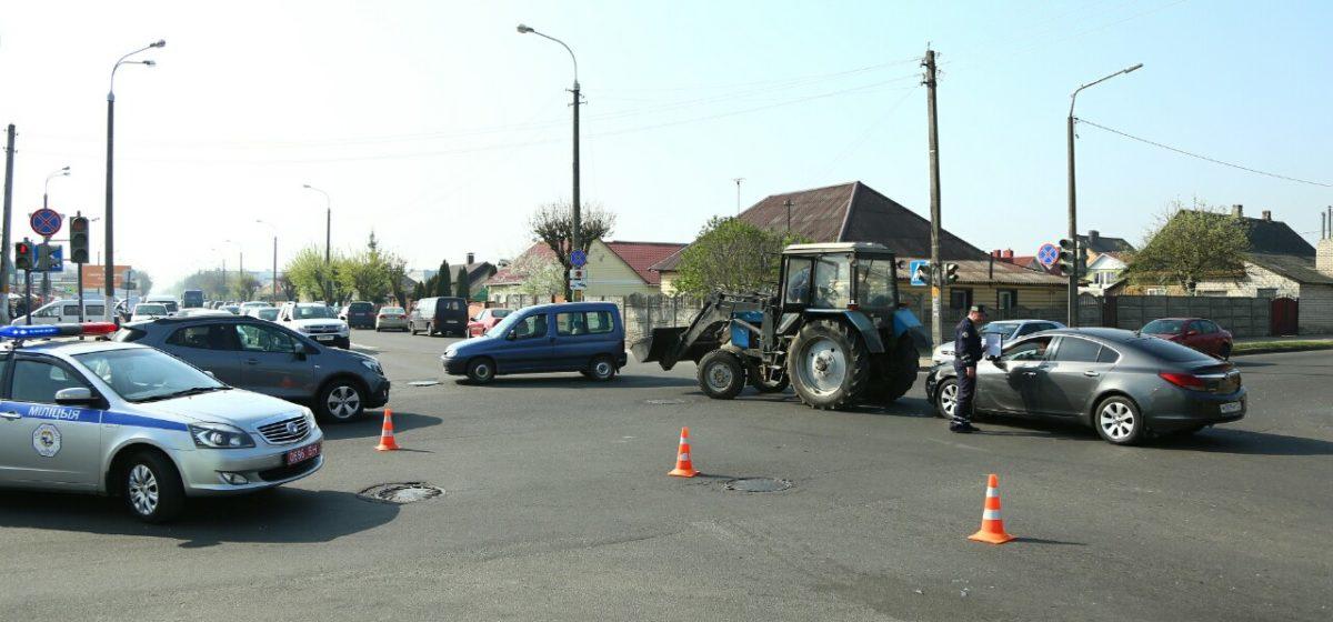 «Засмотрелась на аварию и въехала в трактор». Два ДТП произошло на одном перекрестке в Барановичах