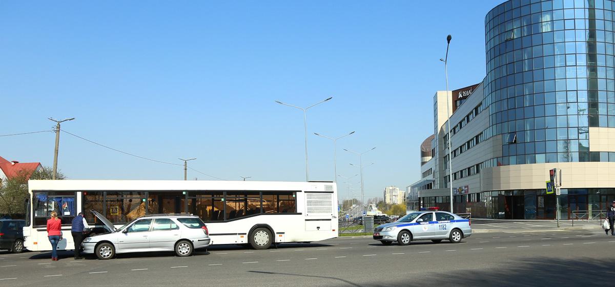 В Барановичах столкнулись автобус и Peugeot