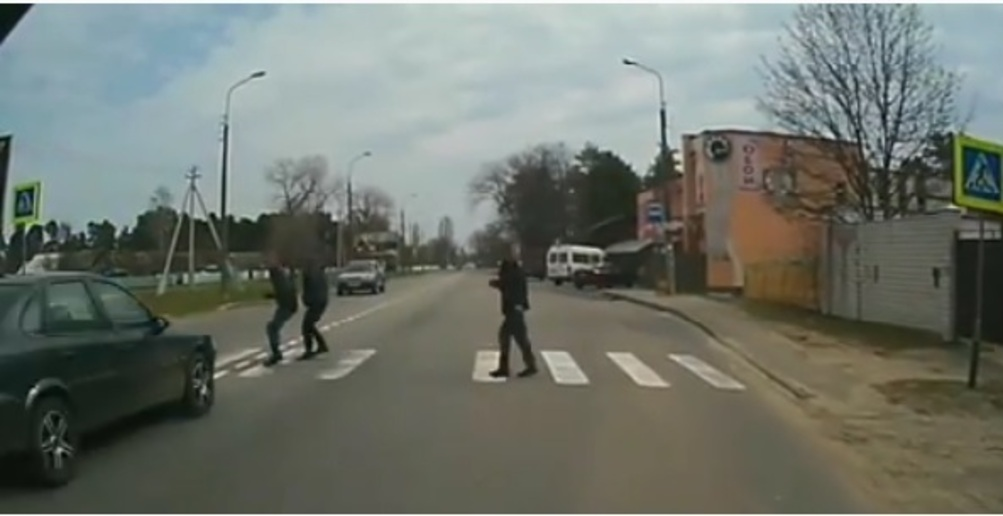 Пьяный бесправник сбил двух мужчин на пешеходном переходе в Гомеле (видео 18+)