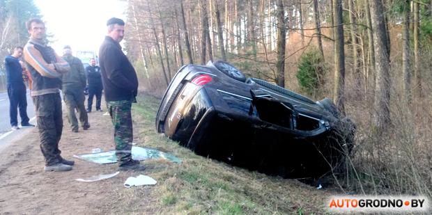 Mercedes с российскими номерами в Волковысском районе пошел на обгон, несколько раз перевернулся и лег в кювете