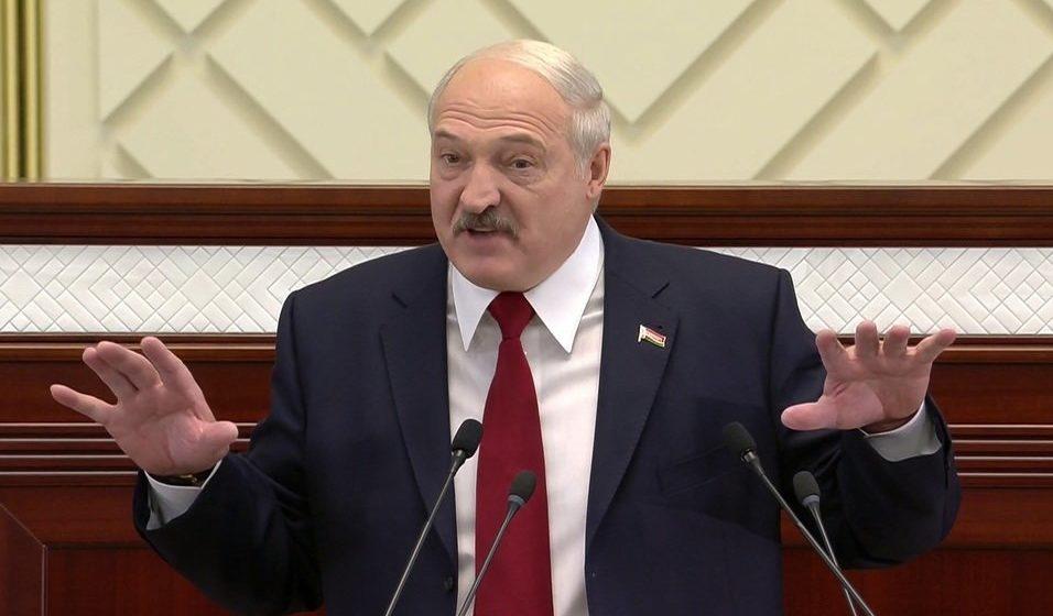 Лукашенко возмутился белорусскоязычным табло «Выконвай хуткасны рэжым»: русские не поймут