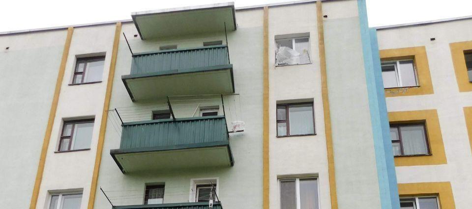 В Кобрине двухлетний ребенок выпал с пятого этажа, пока мама была в кухне