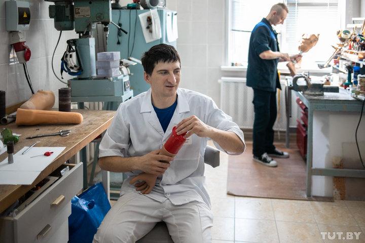 Инженер-протезист Белорусского протезно-ортопедического восстановительного центра Алексей Шайбак собирает и подгоняет бионический протез. Фото: Дмитрий Брушко / TUT.BY