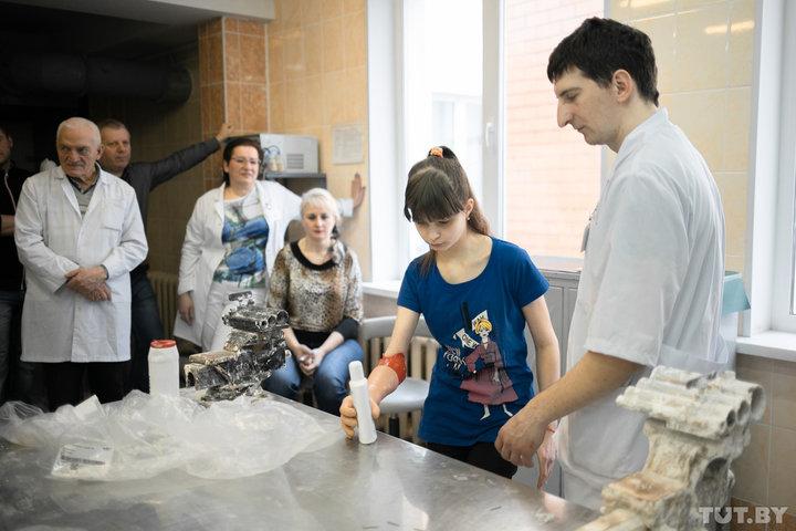 Барановичской девочке, которая потеряла руку в ДТП, поставили уникальный биопротез за $8000