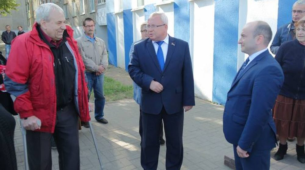 «В его «однушке» — старенький ноутбук». 600 человек просят Лукашенко вернуть им задержанного гендиректора ОАО «Витебскмясомолпром»