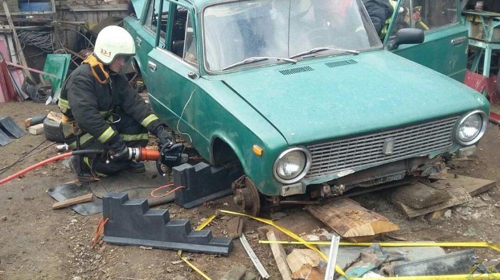 Пенсионера придавило автомобилем во время ремонта в Шумилино, пришлось вызвать спасателей