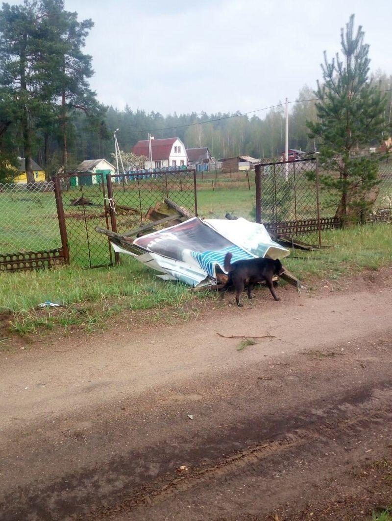 Деревянную душевую кабинку подняло ветром и перебросило через забор на дорогу.