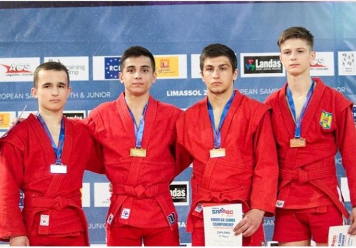 Кирилл Чернявский (слева) среди медалистов в своей категории.
