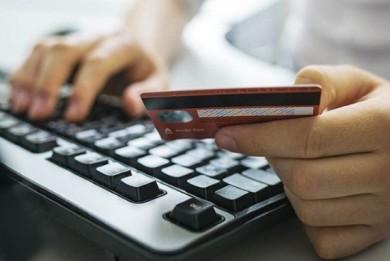 В Слониме специалист банка украла с карточки клиентки 6000 рублей