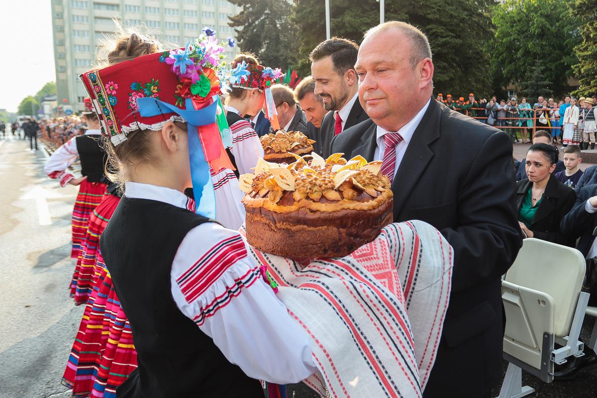 Председателю Барановичского горисполкома Юрию Громаковскому вручают каравай. Фото: Александр ЧЕРНЫЙ