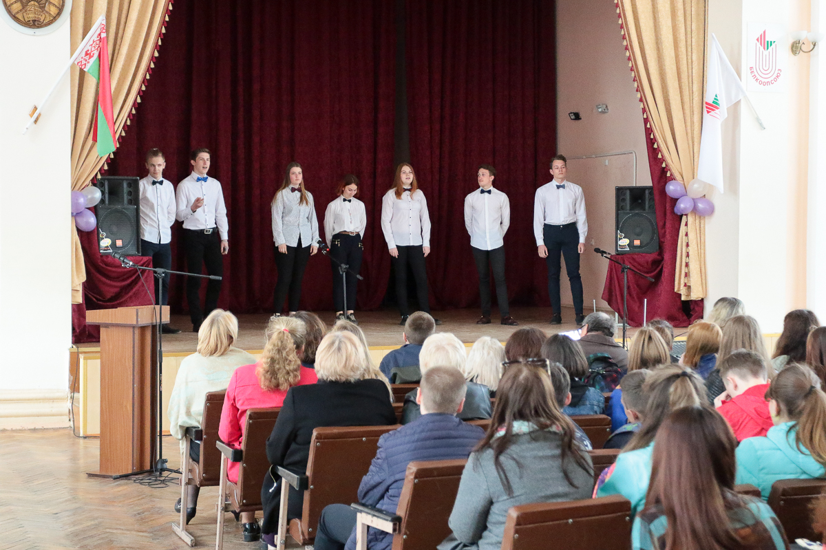 Выступление учащихся колледжа. Фото: Александр ЧЕРНЫЙ
