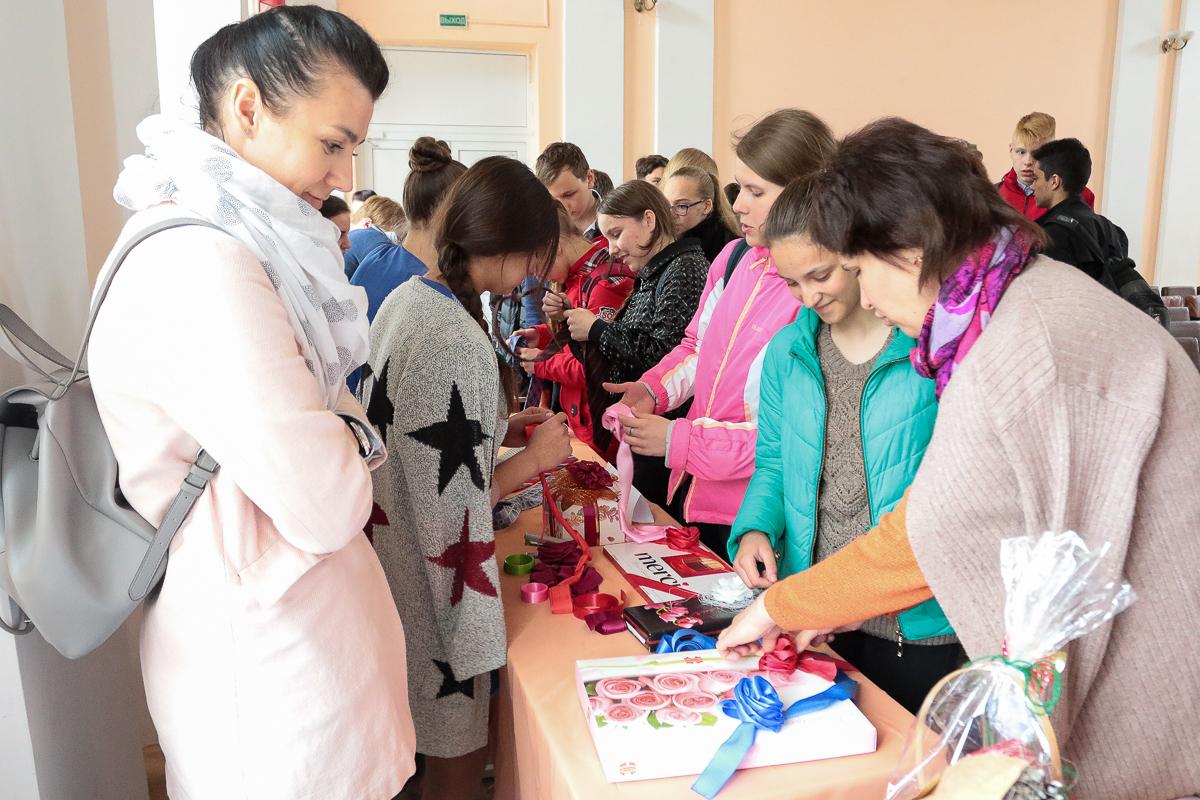 Мастер-класс по оформлению подарков. Фото: Александр ЧЕРНЫЙ