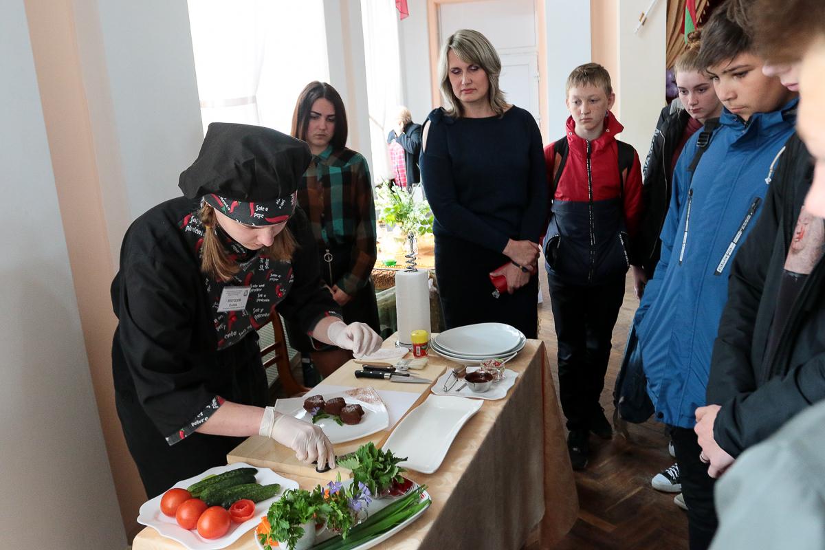 Мастер-класс по сервировке блюд. Фото: Александр ЧЕРНЫЙ