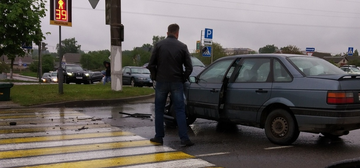 Две легковушки столкнулись на проспекте Советском в Барановичах, одна оказалась на газоне. Фотофакт