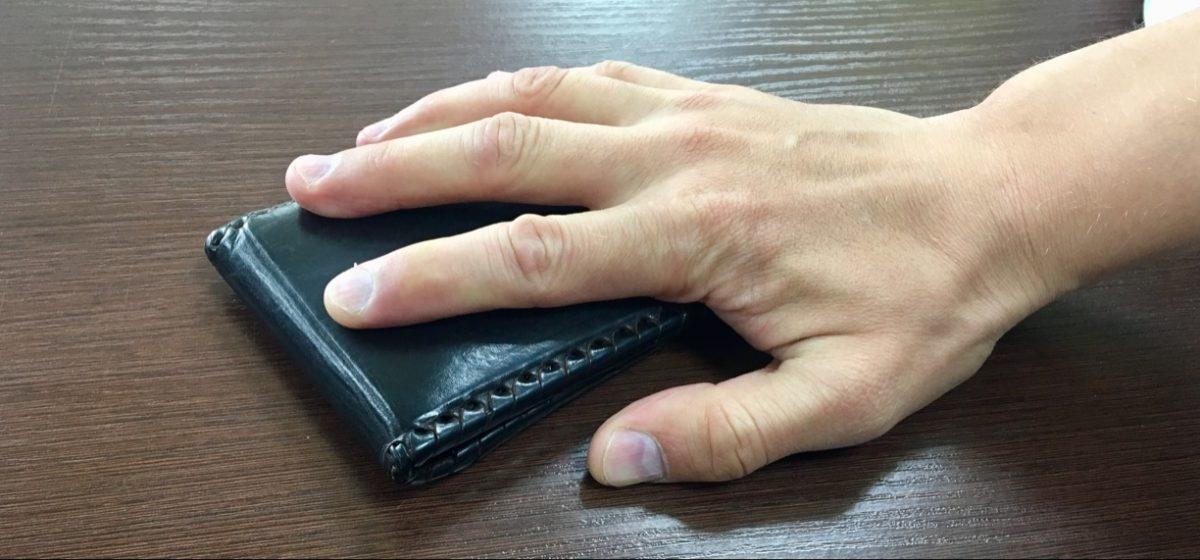Пьяный мужчина в Барановичах повесил куртку на перила магазина. Ее украли с банковскими карточками и запиской с пин-кодом