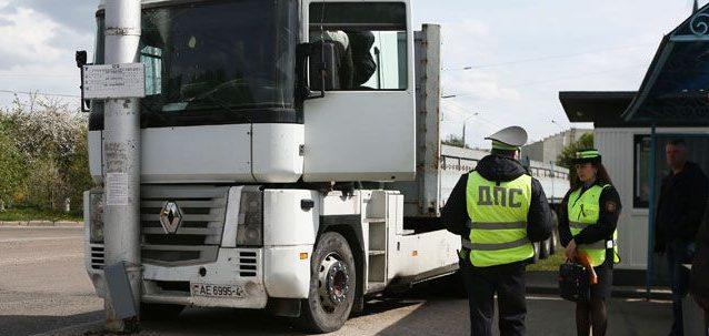 В Гродно грузовик выкатился на остановку: есть пострадавшие