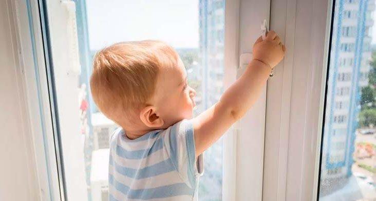 Из окна второго этажа в Ивье выпал годовалый ребенок