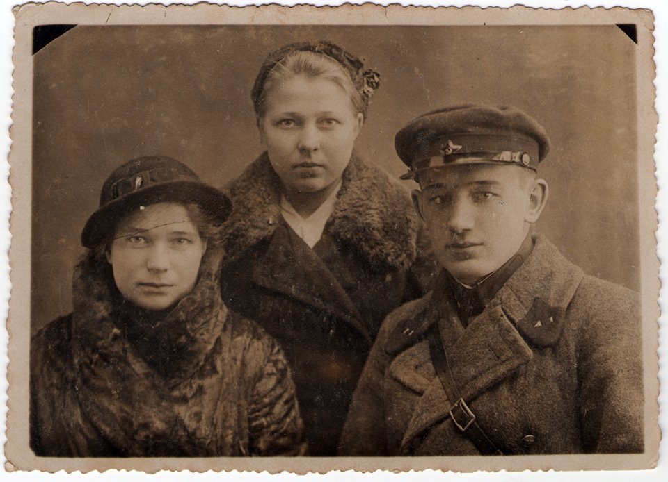 Зима 1941 года, Барановичи. Офицер НКВД с девушками.