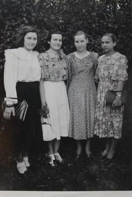 Белые носочки были в «тренде» в конце 1940-х гг. Фото: архив семьи БЕЛАНОВИЧ (Барановичи)